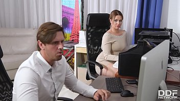 Sesso orale in ufficio con MILF attraente